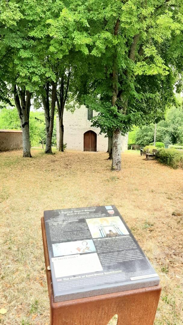 Lutrin face à l_église de Dimancheville © Tourisme Loiret